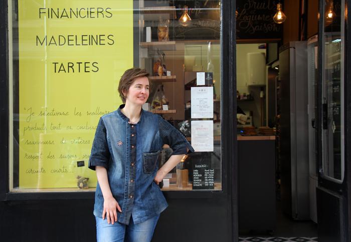 Emma Duvéré devant la boutique